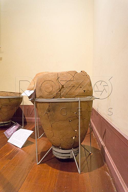 Urna funer&aacute;ria Aratu no Museu de Antropologia do Vale do Para&iacute;ba, Jacare&iacute; - SP, 06/2016.<br /> S&iacute;tio Arqueol&oacute;gico Ligh - Jacare&iacute; - SP<br /> Material/T&eacute;cnica: Cer&atilde;mica/Acordelamento<br /> Cronologia: Sem data&ccedil;&atilde;o
