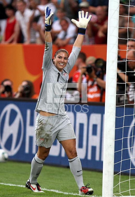 Dresden , 100711 , FIFA / Frauen Weltmeisterschaft 2011 / Womens Worldcup 2011 , Viertelfinale ,  .Brasilien (BRA) gegen USA  . Torhüterin Hope Solo (USA) jubelt über den Einzug ins Halbfinale nach Elfmeterschiessen .Foto:Karina Hessland .