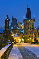 Tschechien, Boehmen, Prag: Winter in Prag, verschneite Karlsbruecke und der Hradschin Distrikt   Czech Republic, Bohemia, Prague: Charles Bridge, started by Charles 4th in 1357, Looking towards the Hradcany district