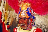 Mann mit Federschmuck beim Fest der Nationalheiligen Jungfrau von Guadalupe in Mexiko Stadt, Mexiko, Nordamerika