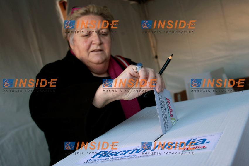 .Roma 25/11/2012 Elezioni primarie della coalizione di Centro Sinistra per scegliere il candidato premier. Seggi e gazebo con gente al voto..Photo Samantha Zucchi Insidefoto