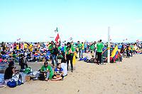 RIO DE JANEIRO, RJ, 27 DE JULHO DE 2013 -JMJ RIO 2013-PEREGRINOS ACAMPADOS PARA A VIGÍLIA COM PAPA FRANCISCO- Milhares de peregrinos chegam e acampam na praia de Copacabana, na tarde deste sábado, 27, para a vigília com o Papa Francisco, em Copacabana, zona sul do Rio de Janeiro.FOTO:MARCELO FONSECA/BRAZIL PHOTO PRESS