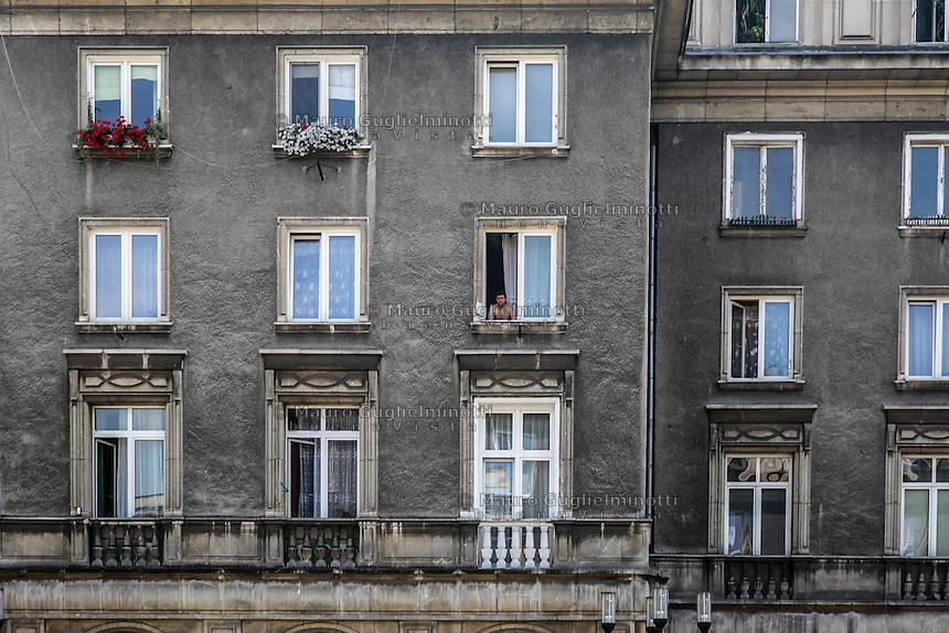 la città ideale progettata per gli operai della vicina acciaieria negli anni 50, una persona alla finestra Warsaw, Nowa Huta, the socialist ideal city designed for the workers of the nearby steel mill in the 50