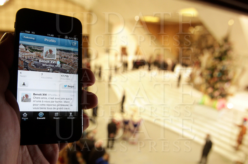 "Uno smartphone con il primo ""tweet"" in lingua francese di Papa Benedetto XVI su Twitter, durante l'udienza settimanale del mercoledi' in Aula Paolo VI, Citta' del Vaticano, 12 dicembre 2012..A smartphone showing Pope Benedict XVI's first ""tweet"" in French on the social network Twitter is seen during the weekly general audience in the Paul VI hall at the Vatican, 12 December 2012..UPDATE IMAGES PRESS/Riccardo De Luca"