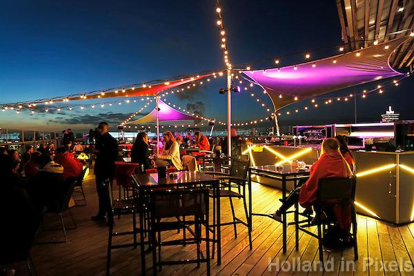 Nederland Amsterdam 2016 . Sky Lounge terras bij het Hilton DoubleTree Hotel. Foto Berlinda van Dam / Hollandse Hoogte