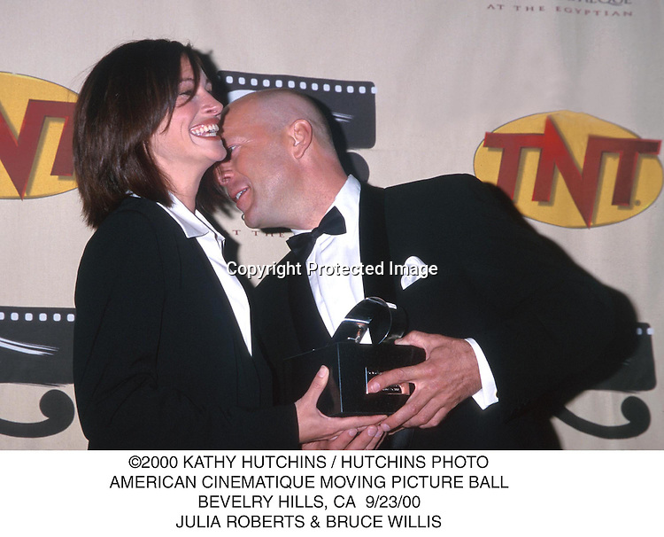 ©2000 KATHY HUTCHINS / HUTCHINS PHOTO.AMERICAN CINEMATIQUE MOVING PICTURE BALL.BEVELRY HILLS, CA  9/23/00.JULIA ROBERTS & BRUCE WILLIS