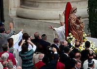 Il Papa emerito Benedetto XVI saluta i fedeli al termine della cerimonia di canonizzazione di Papa Giovanni XXIII e Papa Giovanni Paolo II in Piazza San Pietro, Citta' del Vaticano, 27 aprile 2014.<br /> Pope Emeritus Benedict XVI waves to faithfuls he leaves after attending the ceremony for the canonization of Pope John XXIII and Pope John Paul II in St. Peter's square at the Vatican, 27 April 2014.<br /> UPDATE IMAGES PRESS/Isabella Bonotto<br /> <br /> STRICTLY ONLY FOR EDITORIAL USE