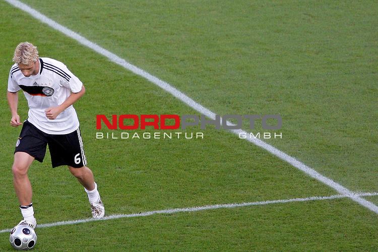UEFA Euro 2008  Finale - Spanien Europameister 2008<br /> <br /> Vienna - Ernst Happel Match 32<br /> Deutschland ( GER ) - Spanien ( ESP ) 0:1<br /> <br /> Simon Rolfes (Germany / Mittelfeldspieler / Midfielder /  Bayer 04 Leverkusen #06)  beim warmmachen<br /> <br /> Foto &copy; nph (  nordphoto  )<br /> <br /> <br /> <br />  *** Local Caption ***