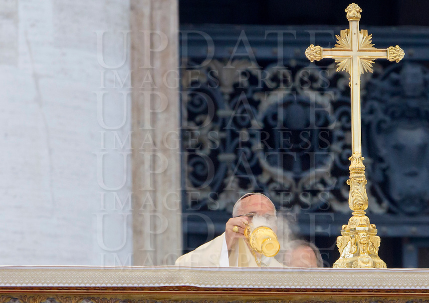 Papa Francesco celebra una messa per l'apertura ufficiale del Giubileo della Misericordia, in Piazza San Pietro, Citta' del Vaticano, 8 dicembre 2015.<br /> Pope Francis celebrates a mass to officially open the Jubilee of Mercy, in St. Peter's Square at the Vatican, December 8, 2015.<br /> UPDATE IMAGES PRESS/Riccardo De Luca<br /> <br /> STRICTLY ONLY FOR EDITORIAL USE