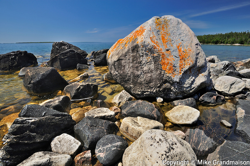 Rocky shoreline of Lake Superior at Katherine Cove<br /> Lake Superior Provincial Park<br /> Ontario<br /> Canada