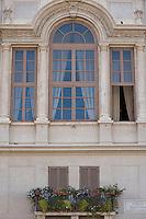 Una finestra di una casa che si affaccia in Piazza Navona. Navona Square