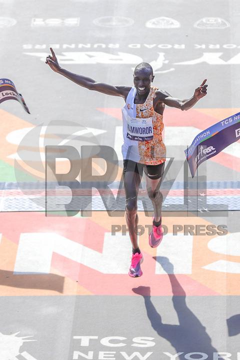 Nova York (EUA), 03/11/2019 - Maratona de Nova York -<br /> Geoffrey Kamworor cruza a linha de chegada para vencer a Divisão Masculina da Maratona TCS de Nova York 2019 em 3 de novembro de 2019 na cidade de Nova York. (Foto: William Volcov/Brazil Photo Press)