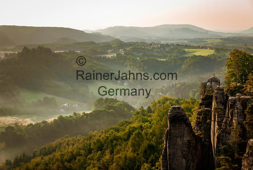 Deutschland, Freistaat Sachsen, Saechsische Schweiz, Elbsandsteingebirge, weltberuehmte Bastei,  Aussichtpunkt, Panoramablick | Germany, the Free State of Saxony, Saxon Switzerland, Elbe Sandstone Mountains, world famous Bastei, viewpoint, panorama view