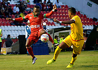 TUNJA -COLOMBIA, 16-08-2017: Carlos MOsquera (Izq) jugador de Patriotas FC disputa el balón con Carlos Henao (Der) jugador de Independiente Santa Fe  durante partido por la fecha 8 de la Liga Águila II 2017 realizado en el estadio La Independencia en Tunja. / Carlos MOsquera (L) player of Patriotas FC fights for the ball with Carlos Henao (R) player of Independiente Santa Fe  during match for the date 8 of Aguila League II 2017 at La Independencia stadium in Tunja. Photo: VizzorImage / Javier Morales  / Cont