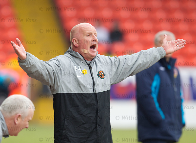 Peter Houston bawling at his Dundee Utd players