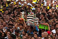 Promesseiros levam rÈplica, barcos e casas de miriti em pagamento por uma graÁa alcanÁada durante o CÌrio em homenagem a Nossa Senhora de NazarÈ.14/10/2012BelÈm, Par·, Brasil.Foto Paulo Santos/Interfoto