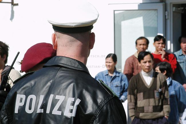 Fluechtlingslager in Bahnsdorf / Brandenburg<br /> Das Fluechtlingslager Bahnsdorf ist eine der Fluechtlingsunterkuenfte, die nach Angabe von Menscherechtsaktivisten nicht im geringsten den EU-Mindestnormen entsprechen. Bereits im Jahr 2004 hatte eine internationale Delegation die menschenunwuerdige Unterbringung massiv kritisiert. Seit dem 6. Februar muss die in den EU-Richtlinien vorgesehen Mindesnormen in nationales Recht umgesetzt sein. Davon ist in Bahnsdorf nach Aussage der Fluechtlinge nichts zu spueren.<br /> In Bahnsdorf leben mehrere hundert Fluechtlinge isoliert mitten im Wald auf einem verfallenen Ex-NVA-Militaergelaende.<br /> Anlaesslich eines europaweiten Aktionstages protestierten am Samstag den 2. April 2005 ca. 100 Menschen gegen das als &quot;Dschungelheim&quot; bezeichnete Fluechtlingslager in Bahnsdorf im Land Brandenburg. Aufgerufen zu dem Protest hatte das bundesweite Buendnis &quot;NoLager&quot;.<br /> 2.4.2005, Berlin<br /> Copyright: Christian-Ditsch.de<br /> [Inhaltsveraendernde Manipulation des Fotos nur nach ausdruecklicher Genehmigung des Fotografen. Vereinbarungen ueber Abtretung von Persoenlichkeitsrechten/Model Release der abgebildeten Person/Personen liegen nicht vor. NO MODEL RELEASE! Nur fuer Redaktionelle Zwecke. Don't publish without copyright Christian-Ditsch.de, Veroeffentlichung nur mit Fotografennennung, sowie gegen Honorar, MwSt. und Beleg. Konto: I N G - D i B a, IBAN DE58500105175400192269, BIC INGDDEFFXXX, Kontakt: post@christian-ditsch.de<br /> Bei der Bearbeitung der Dateiinformationen darf die Urheberkennzeichnung in den EXIF- und  IPTC-Daten nicht entfernt werden, diese sind in digitalen Medien nach &sect;95c UrhG rechtlich geschuetzt. Der Urhebervermerk wird gemaess &sect;13 UrhG verlangt.]