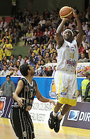 BUCARAMANGA -COLOMBIA, 01-06-2013. Jason Edwin (D) de Búcaros trata de anotar en contra de Restrepo (I) de Piratas durante el juego 5 de los PlayOffs de la  Liga DirecTV de baloncesto Profesional de Colombia realizado en el Coliseo Vicente Díaz Romero de Bucaramanga./ Jason Edwin (R) of Bucaros tries to score against Restrepo (L) of Piratas during the PlayOffs game 5 of  DirecTV professional basketball League in Colombia at Vicente Diaz Romero coliseum in Bucaramanga. Photo:VizzorImage / Jaime Moreno / STR