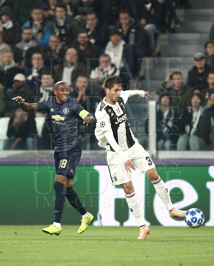 Football Soccer: UEFA Champions League -Group Stage-  Group H - Juventus vs Manchester United, Allianz Stadium. Turin, Italy, November 07, 2018.<br /> Juventus' Rodrigo Bentancur (r) in action with Manchester United's captain Ashley Young (l) during the Uefa Champions League football soccer match between Juventus and Manchester United at Allianz Stadium in Turin, November 07, 2018.<br /> UPDATE IMAGES PRESS