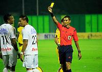BARRANCABERMEJA- COLOMBIA - 06 - 02 -2016: Cristhian Villarraga, (Der.) arbitro, muestra tarjeta amarilla a Jonathan Lopera (Cent.) jugador de Once Caldas, durante partido Alianza Petrolera y Once Caldas, por la fecha 2 por la Liga Aguila I 2016 en el estadio Daniel Villa Zapata en la ciudad de Barrancabermeja. /  Cristhian Villarraga, (R) referee, shows yellow card to Jonathan Lopera (C) player of Once Caldas, during a match between Alianza Petrolera and Once Caldas, for date 2 of the Liga Aguila I 2016 at the Daniel Villa Zapata stadium in Barrancabermeja city. Photo: VizzorImage  / Henry Duran / Cont.