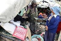 MADAGASCAR Antananarivo / MADAGASKAR Antananarivo, CENTER FIHAVANANA fuer Strassenkinder geleitet von den SCHWESTERN VOM GUTEN HIRTEN / SOEURS DU BON PASTEUR / GOOD SHEPHERD SISTERS, Sr. ANNAMMA VATTAKOTTAYIL bei obdachloser Familie von FRANCOIS RABENATOANDRO<br /> Sohn FANOMEZANTSOA<br /> Tochter FANIRY