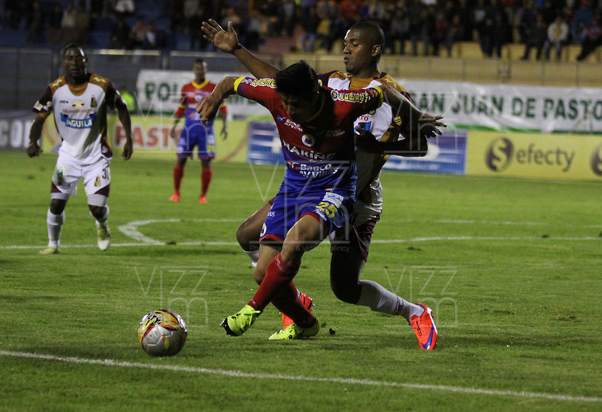 PASTO - COLOMBIA -18-10-2015: Oscar Briceño (Izq.) jugador de Deportivo Pasto disputa el balón con Danovis Banguero (Der.) jugador de Deportes Tolima, durante partido Deportivo Pasto y Deportes Tolima, por la fecha 16 de la Liga Aguila II 2015, jugado en el estadio Libertad de la ciudad de Pasto.  / Oscar Briceño (L) player of Deportivo Pasto fights for the ball with Danovis Banguero (R) player of Deportes Tolima, during a match Deportivo Pasto and Uniautonoma for the date 16 of the Liga Aguila II 2015 at the Libertad stadium in Pasto city. Photo: VizzorImage. / Leonardo Castro / Cont.
