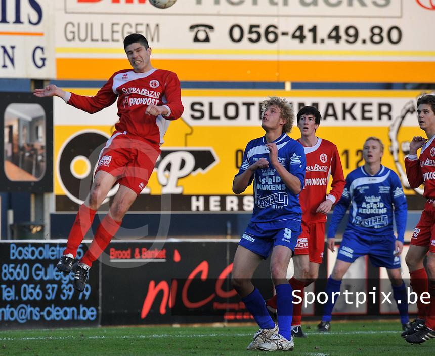 FC Gullegem - OMS Ingelmunster : Cris Duquesne kopt de bal weg uit het strafschopgebied voor Sven Verstraete (9) er aan kan..foto VDB / BART VANDENBROUCKE