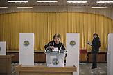Woman votes at the voting station in  Chisinau, Republic of Moldova.  / Präsidentenwahl in der Republik Moldau am 30.10.2016 in Chisinau