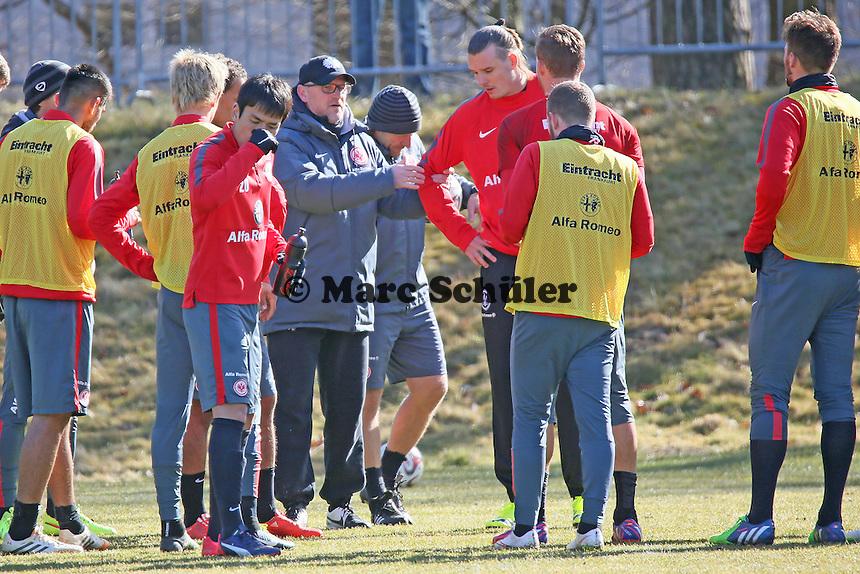 Trainer Thomas Schaaf greift sich Alex Meier bei seiner Ansprache an die Mannschaft und weist diesen zurecht - Eintracht Frankfurt Training, Commerzbank Arena
