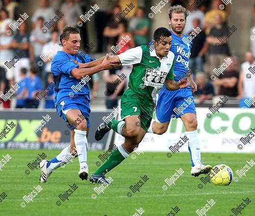 2008-08-30 / Voetbal / KV Turnhout - RC Mechelen / Kevin Janssens (L, KVT) probeert Augusto Da Silva af te stoppen..Foto: Maarten Straetemans (SMB)