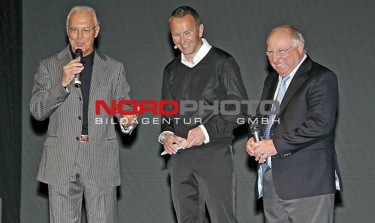Spieler d deutschen Nationalmannschaft  Presentieren  Franz Beckenbauer +   Oliver Brueggen  + Uwe Seeler   Adidas Trikot  zur Weltmeisterschaft S&uuml;d Afrika  2010 FIFA World Cup,  10.11. 2009 <br />         <br />         <br /> <br /> <br /> Foto &copy; nph (  nordphoto  )<br /> <br /> <br /> <br />  *** Local Caption ***