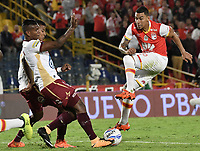 BOGOTÁ - COLOMBIA, 25-10-2017: Yeison Gordillo (Der.) jugador de Santa Fe disputa el balón con Carlos Renteria (Izq.) jugador del Tolima durante el encuentro entre Independiente Santa Fe y Deportes Tolima por la fecha 15 de la Liga Aguila II 2017 jugado en el estadio Nemesio Camacho El Campin de la ciudad de Bogotá. / Yeison Gordillo (R) player of Santa Fe struggles for the ball with Carlos Renteria (L) player of Tolima during match between Independiente Santa Fe and Deportes Tolima for the date 15 of the Aguila League II 2017 played at the Nemesio Camacho El Campin Stadium in Bogota city. Photo: VizzorImage/ Gabriel Aponte / Staff