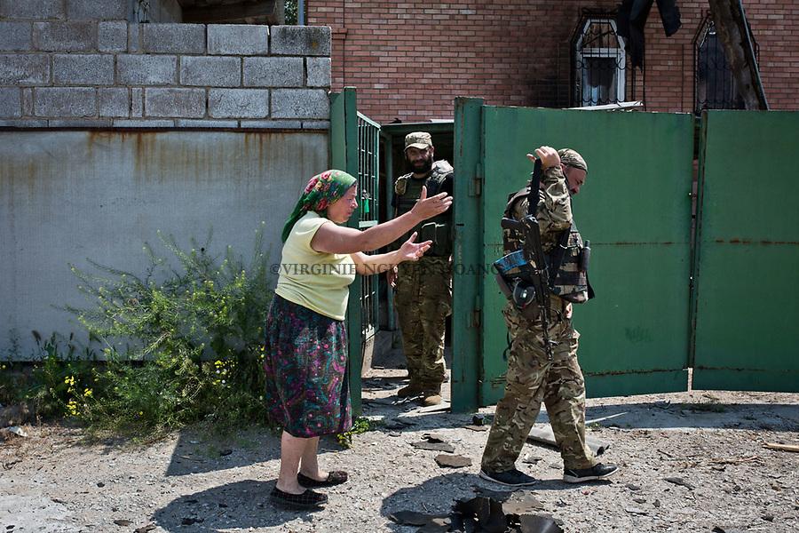 UKRAINE:  Ania, a former Inhabitant near the frontline of Sherokyne is complaining about her situation to a fighter of the Donbass battalion who came to her place in order to check the damages of the shelling last night. <br /> <br /> <br /> UKRAINE: Ania, une ancienne habitante pr&egrave;s de la ligne de front de Shyrokyne se plaint de sa situation &agrave; un combattant du bataillon Donbass qui est venu constater les d&eacute;gats des bombardement de la nuit derni&egrave;re.