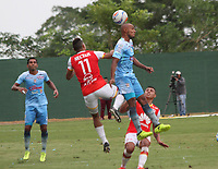 MONTERIA - COLOMBIA, 26-11-2017:Anderson Plata (Izq.) jugador de Independiente Santa Fe  disputa el balón con Elvis Gonzalez (Der.) jugador de Jaguares de Córdoba, durante partido de ida entre Jaguares de Córdoba  y el Independiente Santa Fe , de los cuartos de final la Liga Aguila II - 2017, jugado en el estadio Jaraguay de la ciudad de Montería. / Anderson Plata (L) player of Independiente Santa Fe vies for the ball with Elvis Gonzalez(R) player of Jaguares of Cordoba, during a match for the first leg between Jaguares of Cordoba  and Independiente Santa Fe , to the quarter of finals for the Liga Aguila II - 2017 at the Jaraguay  Stadium in Monteria city: Vizzorimage / Felipe Caicedo / Staff