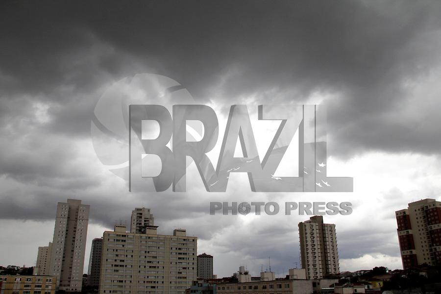 S&Atilde;O PAULO,SP,18 JANEIRO 2012 - CLIMA TEMPO ZONA LESTE<br /> Nuvens carregadas na tarde de hoje na regi&atilde;o da Vila Prudente na zona leste. FOTO ALE VIANNA - NEWS FREE.