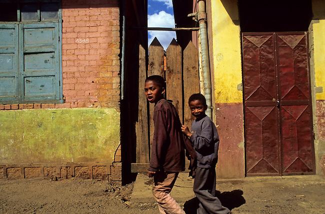 Scene de rue a Antsirabe. *** Street scene in Antsirabe.