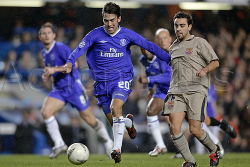 8 March 2005: Chelsea defender PAULO FERREIRA runs with the ball during the UEFA Champions League last 16 game between Chelsea and Barcelona at Stamford Bridge. Chelsea won the game 4-2 to go through 5-4 on aggregate Photo: Glyn Kirk/Action Plus...soccer football 050308 player