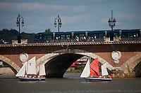 Europe/France/Aquitaine/33/Gironde/Bordeaux: Voiliers sur la Garonne lors de la Fête du Fleuve et le Pont de Pierre avc le tramway
