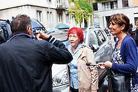 Milano: una sostenitrice di Berlusconi discute con un oppositore davanti il tribunale di Milano durante l'udienza per il processo Mills