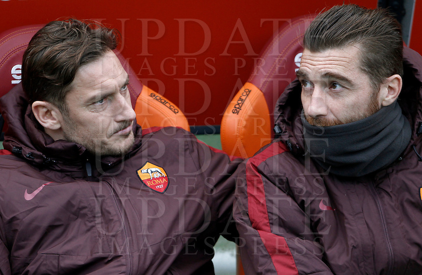Calcio, Serie A: Roma vs Hellas Verona. Roma, stadio Olimpico, 17 gennaio 2016.<br /> Roma&rsquo;s Francesco Totti, left, and goalkeeper Morgan De Sanctis sit on the bench during the Italian Serie A football match between Roma and Hellas Verona at Rome's Olympic stadium, 17 January 2016.<br /> UPDATE IMAGES PRESS/Isabella Bonotto