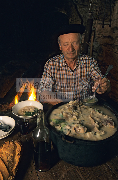 Europe/France/Aquitaine/64/Pyrénées-Atlantiques/Lasseube : Robert Gimon servant la garbure béarnaise (AUTORISATION N°10)<br /> PHOTO D'ARCHIVES // ARCHIVAL IMAGES<br /> FRANCE 1990