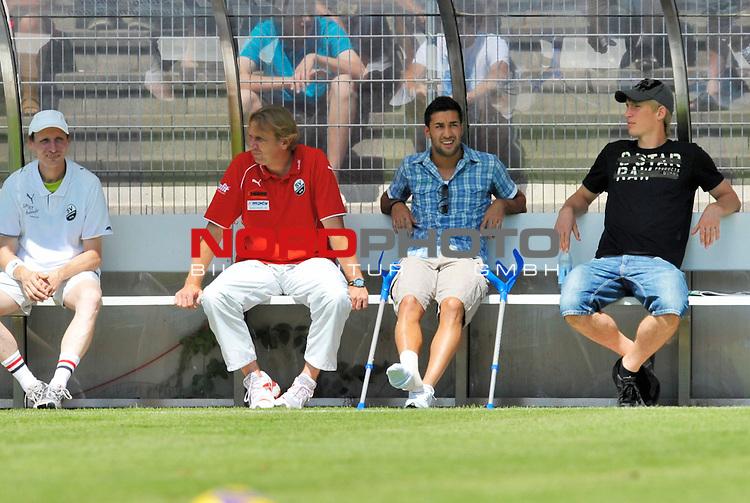 Emre OEZTUERK ( #20 Sandhausen ) mitte, der sich im Training verletzt hat,  mit bandagiertem Fuss und Kruecken neben Trainer Gerd DAIS ( Sandhausen )                                                                                            Foto © nph (  nordphoto  )