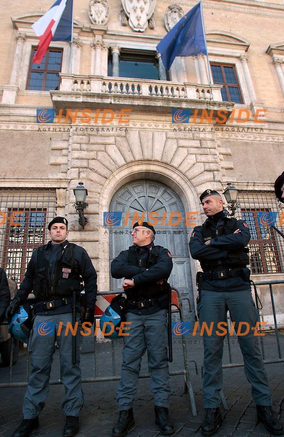 Polizia schierata davanti a Palazzo Farnese.Roma 06/12/2012 Manifestazione della Fiom..Photo Samantha Zucchi Insidefoto