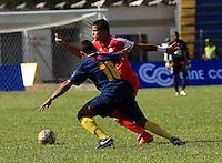 TULUA - COLOMBIA -11-07-2015: Ayron del Valle  (Der.) jugador de America disputa el balón con Luis Diaz (Izq.) jugador de Bogota FC durante  partido America y Bogota FC por la fecha 1 del Torneo Aguila II 2015 en el estadio 12 de Octubre de la ciudad de Tulua. / Ayron del Valle  (R) player of America fights for the ball with Luis Diaz (L) player of Bogota FC during a match between America and Bogota FC for the date 1 of the Torneo Aguila II 2015 at the 12 Octubre stadium in Tulua city. Photo: VizzorImage / Juan C Quintero / Cont.