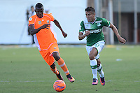 ENVIGADO -COLOMBIA-05-02-2017: Joseph C. Cox (Der) jugador de Envigado FC disputa el balón con Andres Felipe Roa (Izq) jugador de Deportivo Cali durante partido por la fecha 1 de la Liga Águila I 2017 realizado en el Polideportivo Sur de la ciudad de Envigado. / Joseph C. Cox (R) player of Envigado FC fights for the ball with Andres Felipe Roa (L) player of Deportivo Cali during match for the date 1 of the Aguila League I 2017 played at Polideportivo Sur in Envigado city.  Photo: VizzorImage/ León Monsalve /Cont