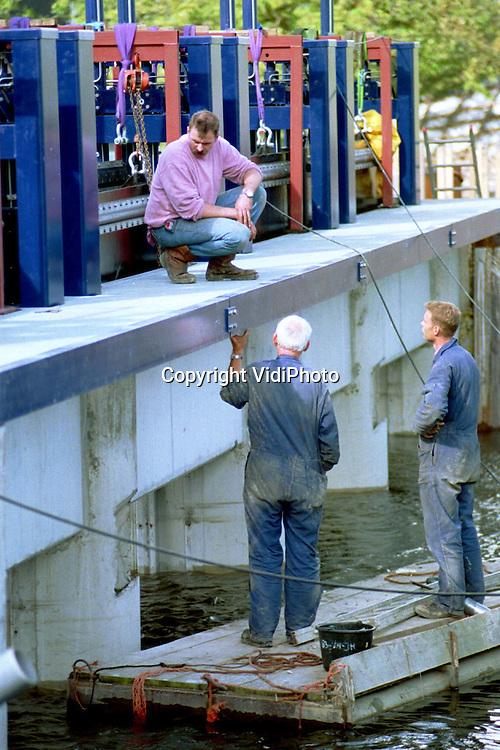 Foto: VidiPhoto..KINDERDIJK - De werkzaamheden rond het sluizencomplex van Kinderdijk zijn bijna gereed. De afgelopen maanden is een nieuwe maalkolk aangelegd, zijn er twee pompen bijgekomen en is de sluis in de Overwaard aangepast. Reden voor de werkzaamheden, die 6,5 miljoen gulden kosten, is de verwachte toename van regenwater de komende jaren. Tijdens hoge waterstanden in de Lek kwam het regelmatig voor dat de boezembemaling stagneerde. Met de uitgevoerde aanpassingen moeten die problemen tot het verleden behoren.