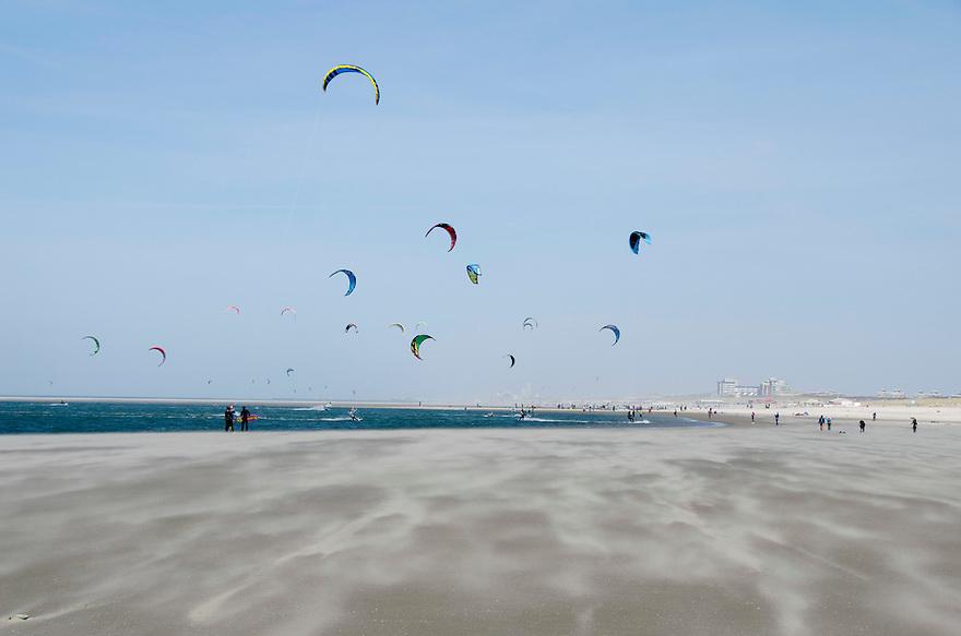 12april2015<br /> Het waaiende zand van de zandmotor bij Monster. Dubbel gebruik van zand verplaatsing en recreatie door een kite surf school.<br /> <br /> (c)renee teunis