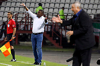 MANIZALES - COLOMBIA, 21-02-2019: Hubert Bodhert técnico de Once gesticula durante partido por la primera fase, llave 9, como parte de la Copa CONMEBOL Sudamericana 2019 entre Once Caldas de Colombia y Deportivo Santiní de Paraguay jugado en el estadio Palogrande de la ciudad de Manizalez. / Hubert Bodhert coach of Once gestures during match for the first phase, key 9, as part of Copa CONMEBOL Sudamericana 2019 between Once Caldas of Colombia and Deportivo Santini of Paraguay played at the Palogrande stadium in Manizales city. Photo: VizzorImage / Santiago Osorio / Cont