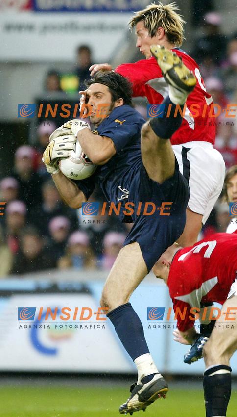 Fotball, 04. juni 2005,  VM-kvalifisering, Norge-Italia 0-0, Morten Gamst Pedersen, Norge og Buffon, Italia<br /> Photo Digitalsport/Insidefoto