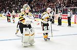 ***BETALBILD***  <br /> Stockholm 2015-09-19 Ishockey SHL Djurg&aring;rdens IF - Skellefte&aring; AIK :  <br /> Skellefte&aring;s m&aring;lvakt Markus Svensson deppar med P&auml;r Lindholm efter matchen mellan Djurg&aring;rdens IF och Skellefte&aring; AIK <br /> (Foto: Kenta J&ouml;nsson) Nyckelord:  Ishockey Hockey SHL Hovet Johanneshovs Isstadion Djurg&aring;rden DIF Skellefte&aring; SAIK depp besviken besvikelse sorg ledsen deppig nedst&auml;md uppgiven sad disappointment disappointed dejected